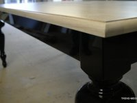 stół w czarnym połysku