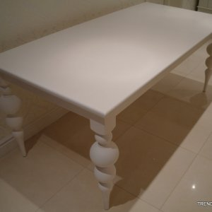 stół z toczonymi nogami